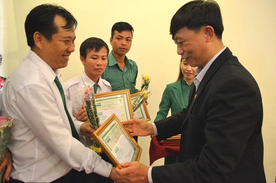 Phó Chánh Văn phòng Ban An toàn giao thông tỉnh Lê Ngọc Sơn trao tặng giấy khen cho nhân viên Mai Linh Tam Kỳ. Ảnh: CT