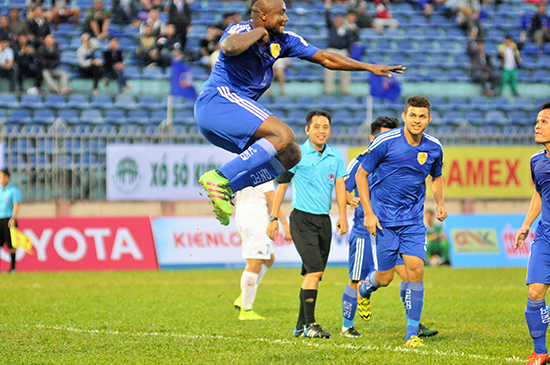 Pha ăn mừng bàn thắng của cầu thủ nhập tịch Đại Dương.
