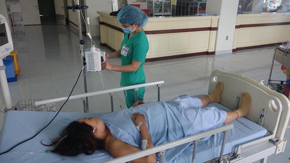 Hai mẹ con sản phụ Chế Thị Lệ Yên đã qua cơn nguy kịch và đang được điều trị tích cực tại Bệnh viện đa khoa Trung ương Quảng Nam. ẢNH: ĐẠO THẢO