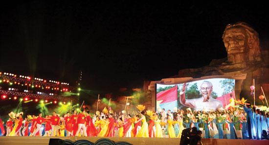 Một số ca khúc về Quảng Nam được thể hiện trong Lễ khánh thành Tượng đài mẹ Việt Nam Anh hùng tại núi Cấm, xã Tam Phú - Tam Kỳ.Ảnh: THẢO NHI