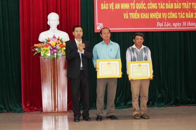 Lãnh đạo huyện khen thưởng quần chúng có đóng góp cho phong trào toàn dân bảo vệ ANTQ. Ảnh: HOÀNG LIÊN