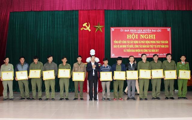 Khen thưởng những đơn vị có thành tích xuất sắc trong phong trào. Ảnh: HOÀNG LIÊN