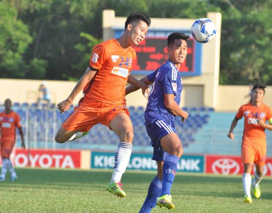 Hà Minh Tuấn (bên trái) có dịp đối mặt với đội bóng cũ