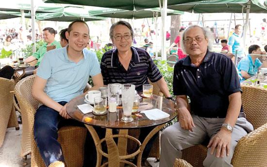 Phạm Ngọc Việt Phương (trái) và người viết (giữa).