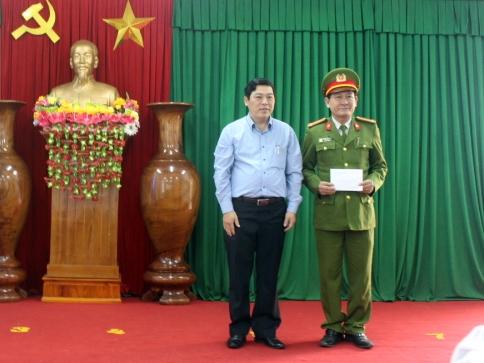 UBND huyện Núi Thành khen thưởng Công an huyện Núi Thành với thành tích phá án nhanh