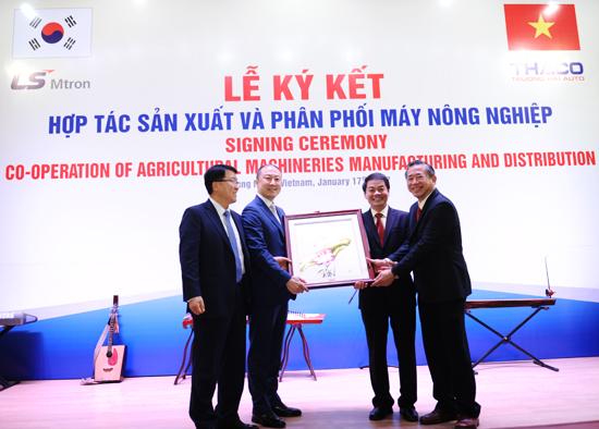 Dịp này, lãnh đạo Thaco tặng bức tranh theo kỷ niệm cho lãnh đạo Tập đoàn LS Mtron. Ảnh: MINH HẢI