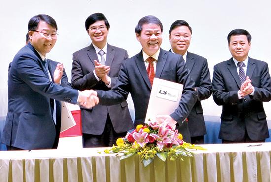 Đại diện Thaco ký kết hợp tác với Tập đoàn LS Mtron (Hàn Quốc). Ảnh: T.D