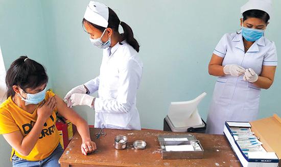 Các học sinh Trường THPT Tây Giang đang được tiêm phòng bạch hầu ngày 17.1.Ảnh: N.DƯƠNG