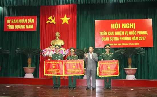 Thượng tá Nguyễn Xuân Hải (ngoài cùng bên phải) nhận Cờ thi đua xuất sắc của UBND tỉnh tặng cho LLVT huyện Phước Sơn năm 2016. Ảnh: Thành Công