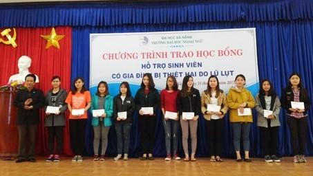 Hàng chục sinh viên quê ở Quảng Nam bị ảnh hưởng bởi lũ lụt được trao học bổng của trường Đại học Ngoại ngữ Đà Nẵng. Ảnh: CTV