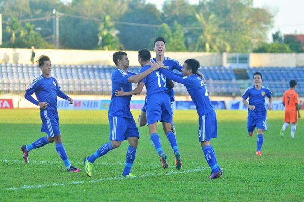 Các cầu thủ Quảng Nam ăn mừng bàn mở tỉ số. Ảnh: T.VY