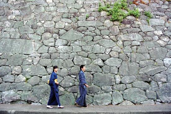 Nam nữ Nhật Bản mặc kimono may bằng vải chàm dệt sợi dọc của Matsusaka.