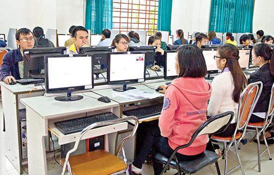 Thí sinh thi trắc nghiệm trên máy tính tại kỳ thi tuyển công chức hành chính tỉnh năm 2016. Ảnh: V.HÀO