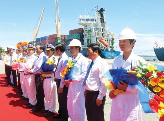 Kết nối tuyến hàng hải quốc tế trực tiếp từ cảng Chu Lai - Trường Hải.   TRONG ẢNH: Lễ đón tàu trọng tải 20.000 tấn tại bến cảng số 1 Tam Hiệp.Ảnh: NHẬT PHONG