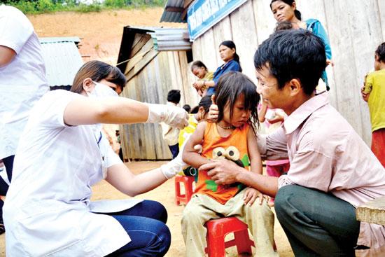 Thường xuyên tuyên truyền, vận động bà con cách chăm sóc sức khỏe cho bản thân là cách để kéo họ gần lại với y học hiện đại. Ảnh : NGUYỄN DƯƠNG