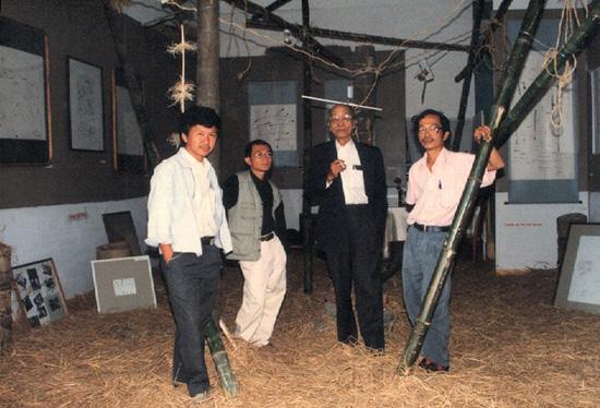 Nhà văn Nguyễn Văn Xuân (thứ 3 từ trái sang) tại cuộc Triển lãm tranh trừu tượng của Trần Phương Kỳ.