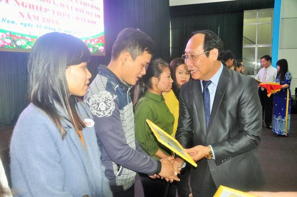 Chủ tịch Ủy ban MTTQ Việt Nam tỉnh Võ Xuân Ca tặng học bổng Đất Quảng cho sinh viên đạt thành tích học tập xuất sắc. Ảnh: XUÂN PHÚ