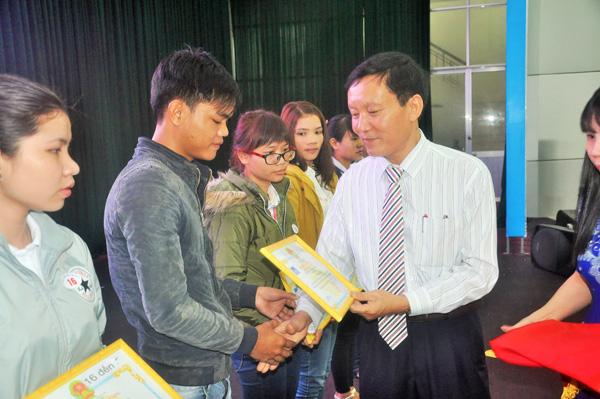 Phó Chủ tịch UBND tỉnh Trần Đình Tùng tặng học bổng và động viên sinh viên. Ảnh: XUÂN PHÚ