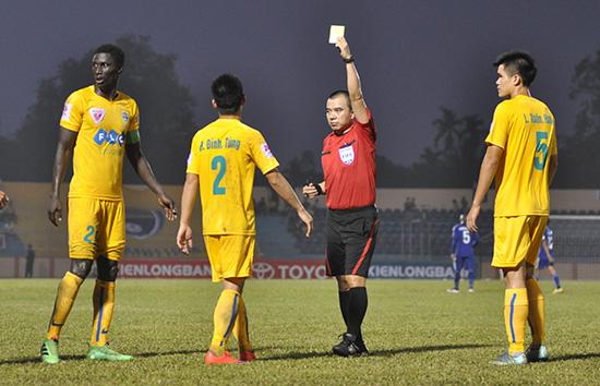 Omar (bìa trái) trở thành cầu thủ đầu tiên của V-League bị treo giò 8 trận sau hành vi phản cảm vừa qua.Ảnh: AN NHI