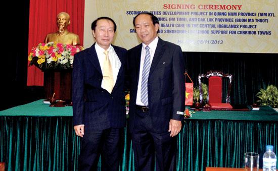 Chủ tịch UBND tỉnh Đinh Văn Thu dự Lễ ký kết Dự án phát triển các thành phố loại 2. Ảnh: MINH ĐỨC