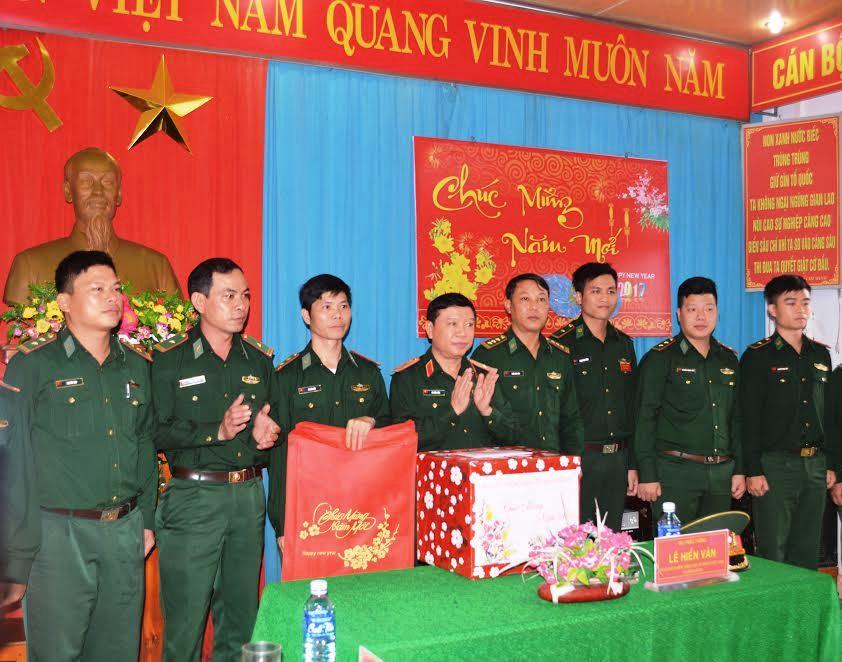 Thiếu tướng  -  Lê Hiền Vân thăm, chúc tết cán bộ chiến sĩ Đồn Biên phòng Tam Thanh.