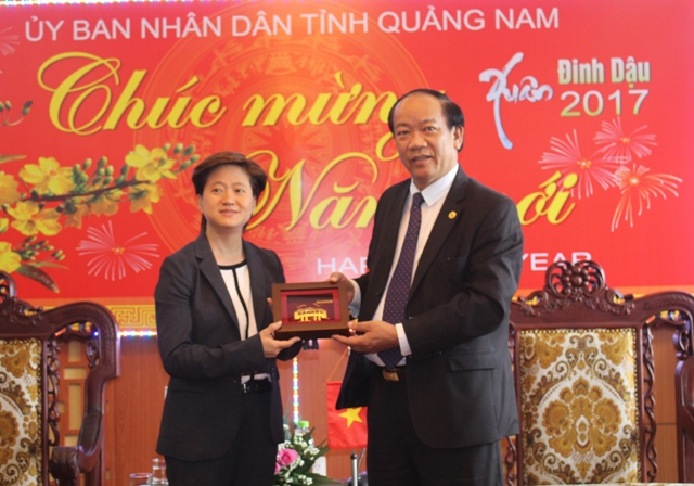 Chairman of Quang Nam People's Committee Dinh Van Thu gives a souvenir to Ms. Catherine.