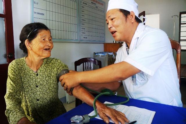 Bác sĩ tăng cường khám bệnh cho người dân tại Trạm Y tế xã Tam An (Phú Ninh). ảnh: Việt Quang