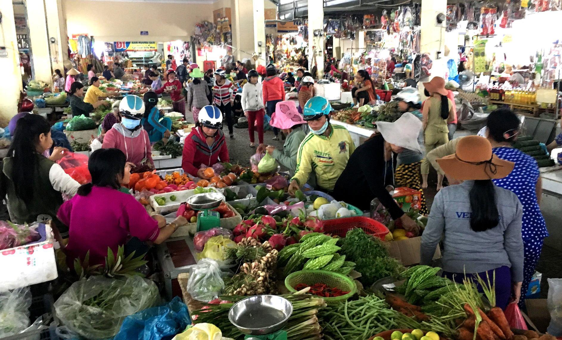 Tuy mặt hàng rau, củ đắt đỏ nhưng vẫn tấp nập người mua. Ảnh: PHAN VINH