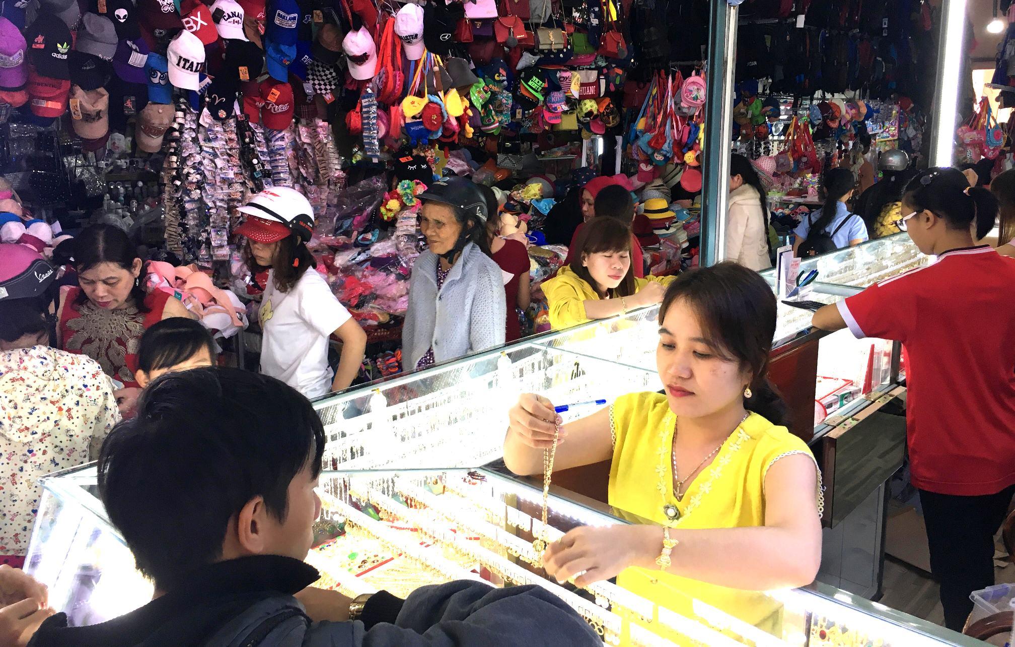 Các mặt hàng quần áo, túi xách, giày dép,... tại chợ Nam Phước được niêm yết giá. Ảnh: PHAN VINH