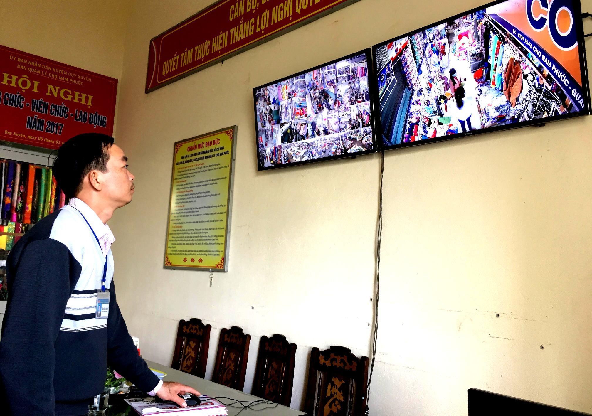 Mọi hoạt động mua bán đều được Ban quản lý chợ Nam Phước giám sát qua hệ thống camera.. Ảnh: PHAN VINH