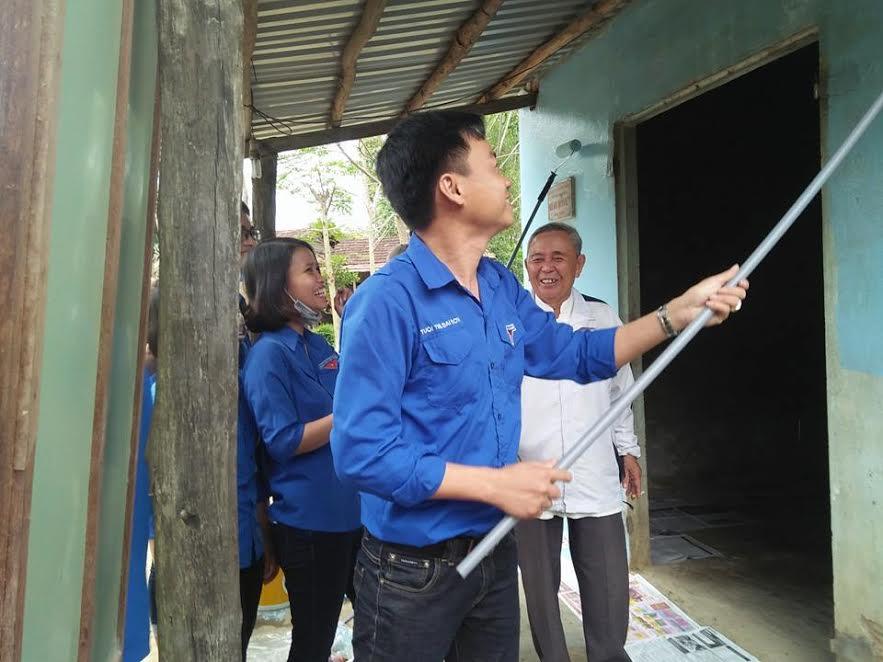 Thanh niên Đại Sơn sơn sửa nhà giúp các cụ già đón Tết. Ảnh: Q.Q