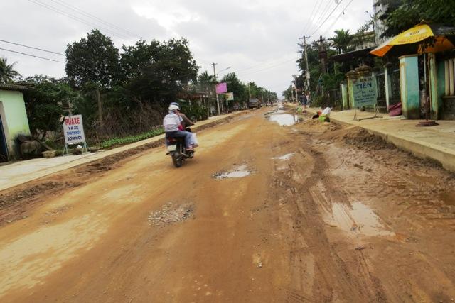 Đoạn đường trên tuyến ĐT 609B qua địa phận thôn Quàng Huế, xã Đại An được sửa chữa tạm thời bằng đá dăm, đá cấp phối cho bà con lưu thông dịp Tết. Ảnh: TRIÊU NHAN