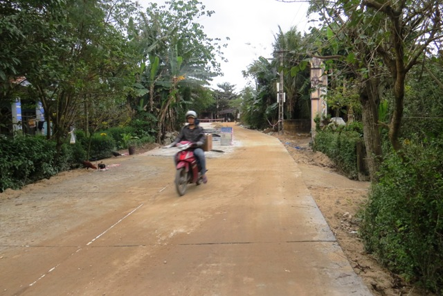 Đoạn đường lầy lội giáp ranh giữa xã Đại An và Đại Hòa, đầu tuyến dẫn ra bến đò Giao Thủy đã được doanh nghiệp bê tông hóa. Ảnh: TRIÊU NHAN