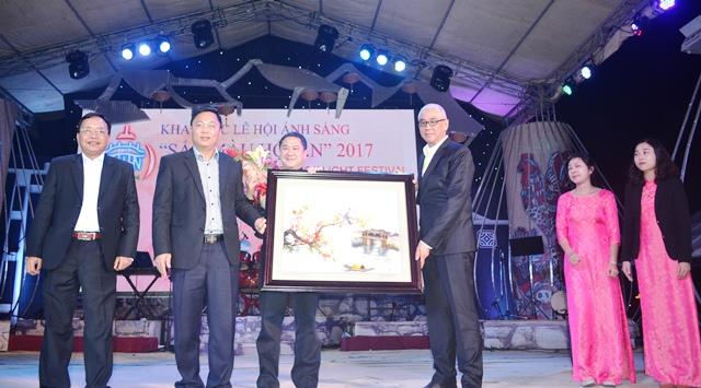 Phó Chủ tịch UBND tỉnh Lê Trí Thanh tặng quà cho đơn vị tài trợ. ảnh: N.Q.Việt