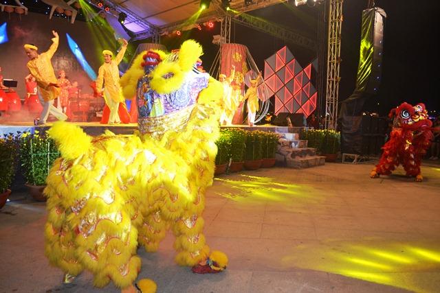 Lễ hội vào thời điểm sắp sửa giao thừa. ảnh: N.Q.Việt