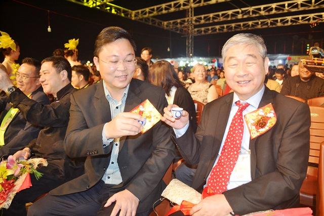 Phó Chủ tịch UBND tỉnh Lê Trí Thanh chúc rượu đơn vị tài trợ lúc sang năm mới. ảnh: N.Q.Việt