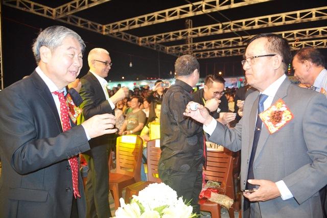 Chủ tịch UBND TP.Hội An Nguyễn Văn Dũng chúc rượu đầu năm. ảnh: N.Q.Việt