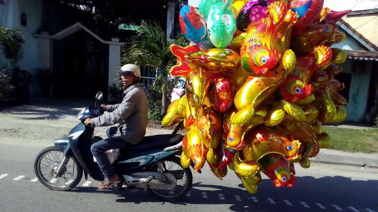 Bong bóng bay hình con gà được bán khá nhiều dịp tết Đinh Dậu. Ảnh: CHÂU NỮ
