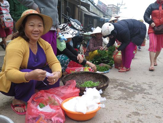 Đi chợ đầu năm, nhiều người mang về một gói muối hột.