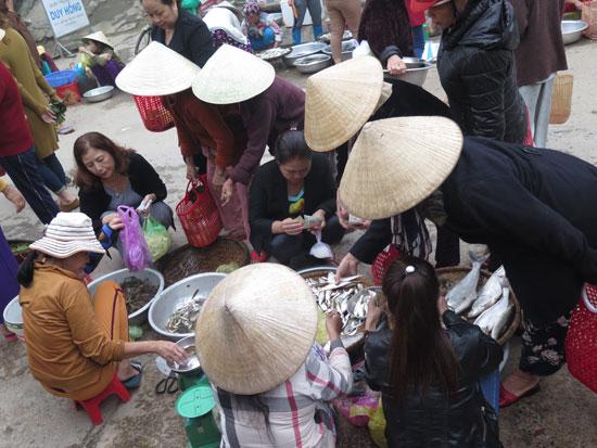 Mua cá mương ở phiên chợ cầu may ở Trung Phước (Nông Sơn).