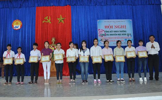 Ông Phạm Trường Thành - Chủ tịch Hội đồng hương xã Điện Trung tại TP. Hồ Chí Minh tặng quà cho học sinh nghèo vượt khó. Ảnh: H.A
