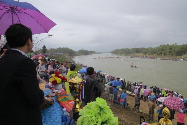 Dù thời tiết không thuận lợi song sức nóng từ vận động viên và cổ động viên không hề suy giảm. Dòng người đổ về khúc sông Vu Gia vẫn đông đúc. Nhiều cổ động viên nhiệt tình đội áo mưa, cả dầm mưa cổ vũ, reo hò. Ảnh: HOÀNG LIÊN