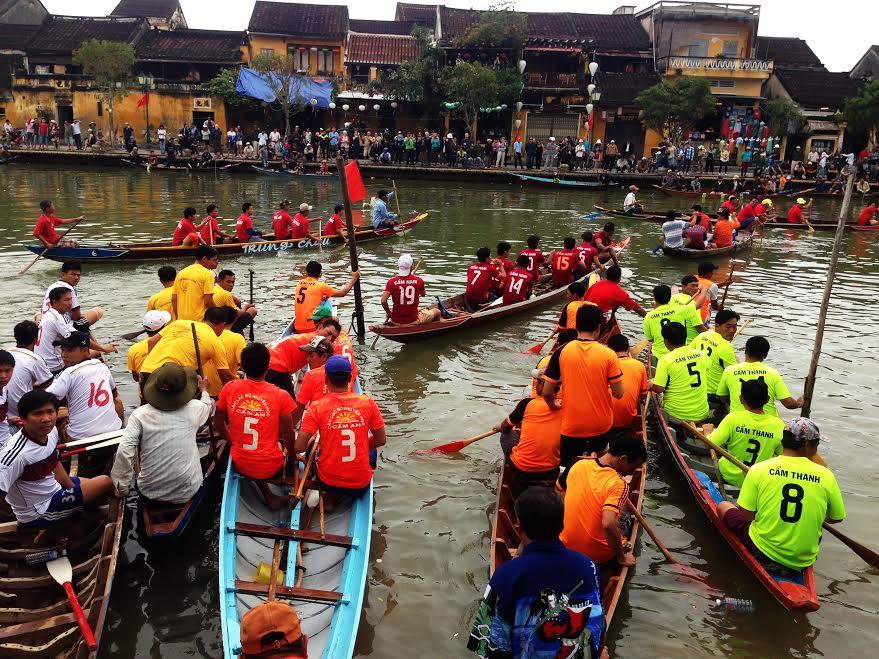 Đua thuyền đầu năm là tục lệ truyền thống, cổ vũ phóng trào thi đua sản xuất và củng cố tình đoàn kết trong ngư dân vùng sông nước Hội An. Ảnh: MINH HẢI: