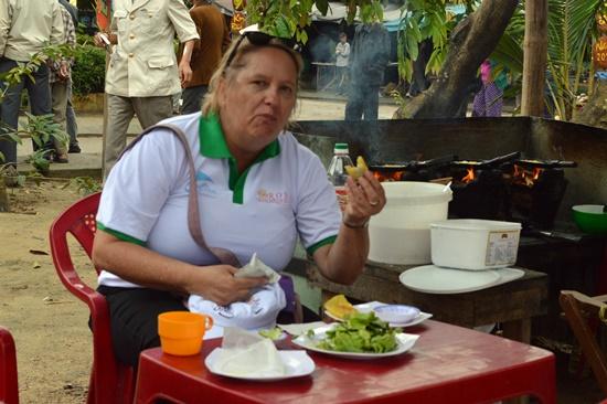 Du khách thưởng thức bánh xèo tại ngày hội giỗ tổ nghề mộc Kim Bồng