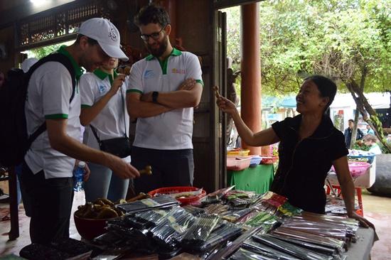 Những sản phẩm làng mộc Kim Bồng được các thành viên trong đoàn rất quan tâm