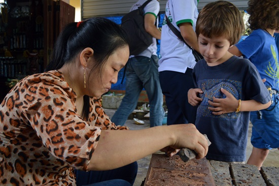 Cùng với 3 nhóm nghề truyền thống của mộc Kim Bồng, nghề chạm trổ cũng thể hiện sự tinh tế của các nghệ nhân làng nghề