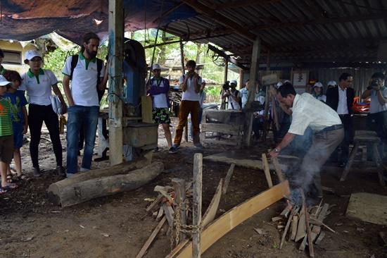 Du khách trải nghiệm nghề đóng tàu của làng...