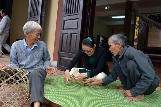 Nhiều hoạt động trình diễn nghề tại giỗ tổ mộc Kiim Bồng nhằm phục vụ người dân, du khách và đoàn famtrip