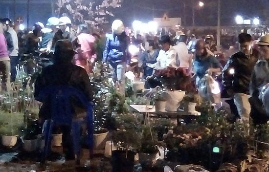 Rất nhiều người đợi sắp đến giờ giao thừa mới đi mua hoa. (ảnh chụp tại chợ hoa xuân phường An Mỹ,  Tam Kỳ khuya  30 tháng Chạp âm lịch tại TP. Tam Kỳ). Ảnh: CHÂU NỮ