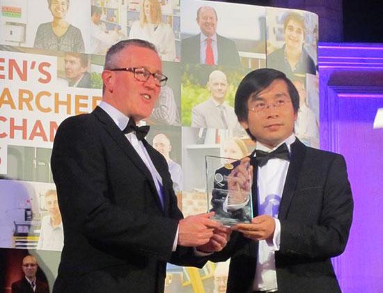 TS Dương Quang Trung được vinh danh là nhà khoa học trẻ xuất sắc nhất Đại học Queen's. Ảnh: HOÀNG DUY